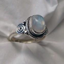 Bague en argent et pierre de lune ornée de spirales